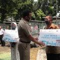 WIKA Salurkan Puluhan Gerobak untuk UMKM di Jakarta Timur