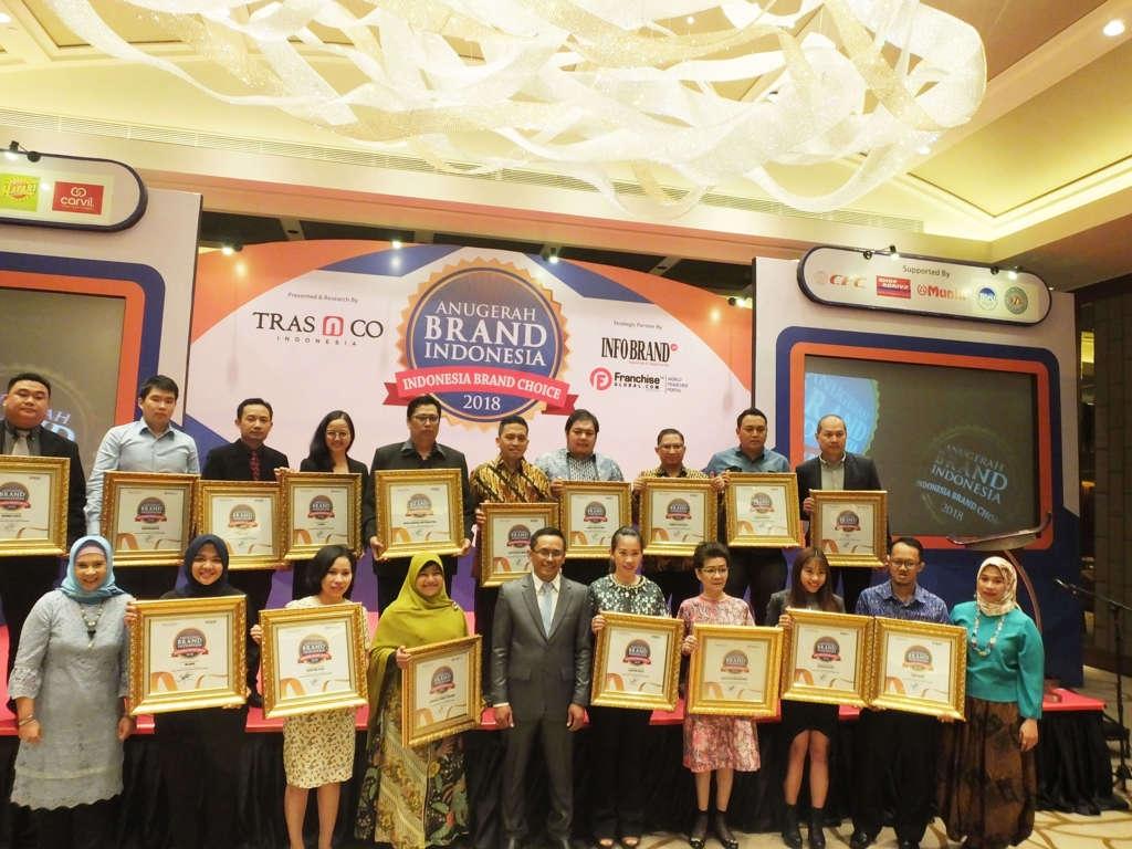Para peraih Anugerah Brand Indonesia 2018 berfoto bersama Founder&Chairman TRAS N CO Indonesia.