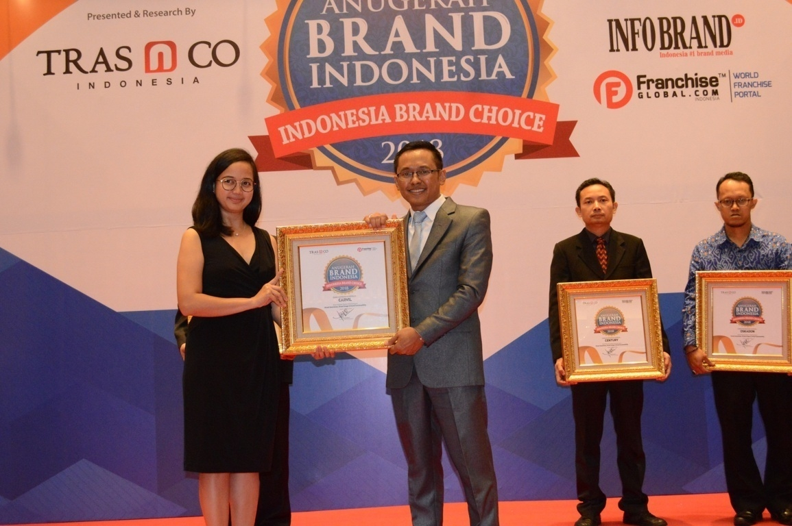 Tya Karlita Arindita selaku Brand Manager Carvil  saat menerima penghargaan Anugerah Brand Indonesia 2018