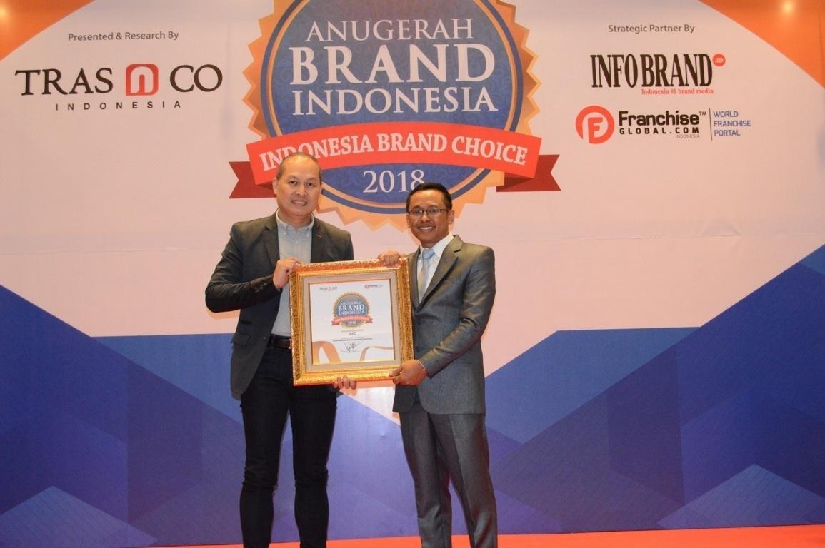 Henkie Sutjieawan selaku Direktur PT Pioneer Indo gourmet Internasional Tbk saat menerima penghargaan Anugerah Brand Indonesia 2018