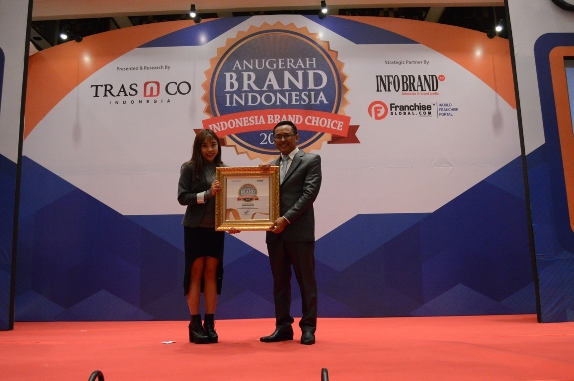 Rinawati Soedibyo selaku Brand Manager Chocolatos Wafer saat menerima penghargaan Anugerah Brand Indonesia 2018