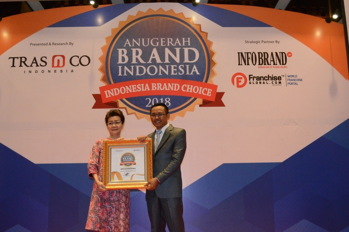 Helena Wongkar pimpinan kantor Cabang Jakarta saat menerima Anugerah Brand Indonesia 2018