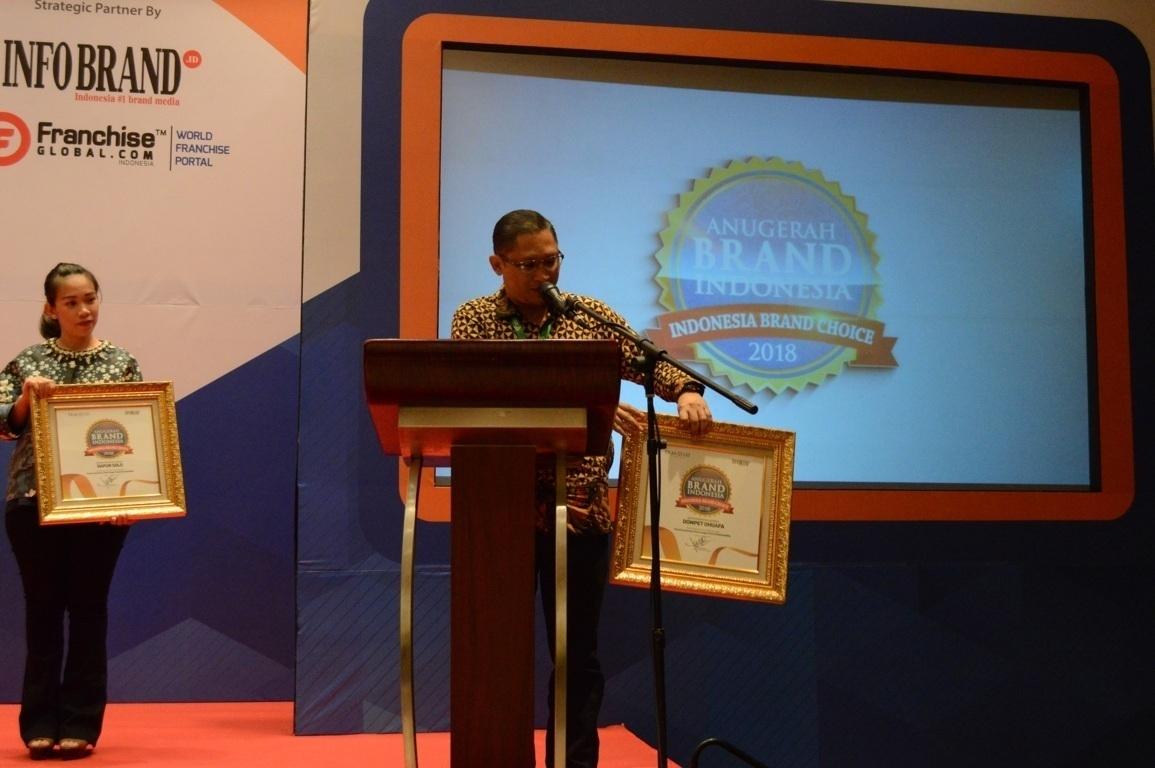 Yudha Abadi selaku Pengembangan Jaringan & Corporate Secretary saat menerima Anugerah Brand Indonesia 2018