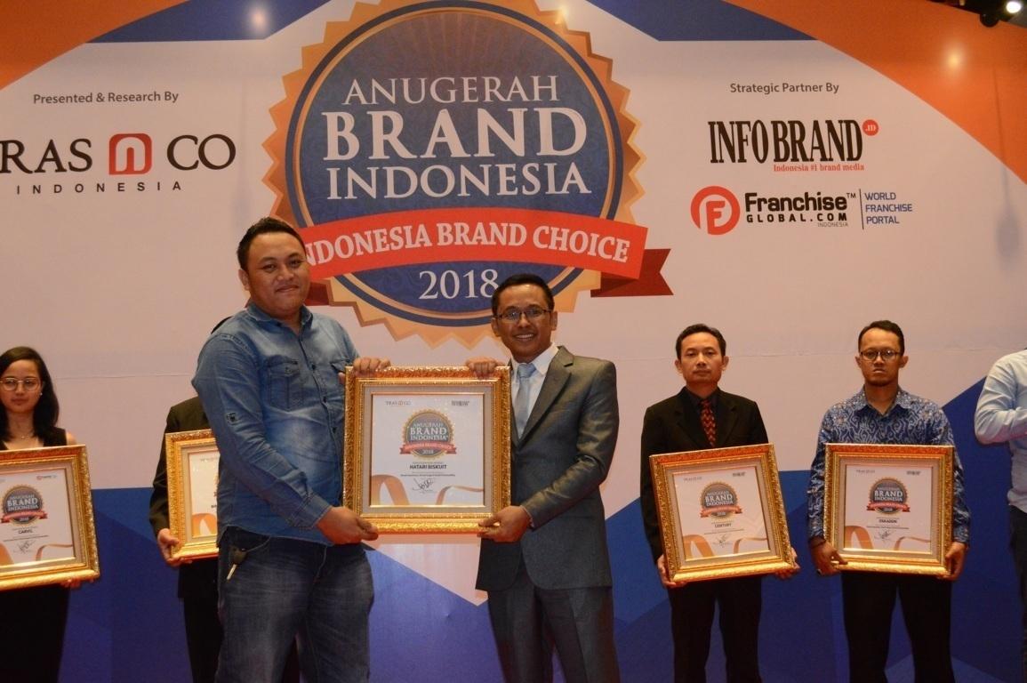 Raymond C.Widodo selaku Marketing Manager PT.Asia Sakti Wahid Foods Manufacture Hatari Biskuit saat menerima penghargaan Anugerah Brand Indonesia 2018