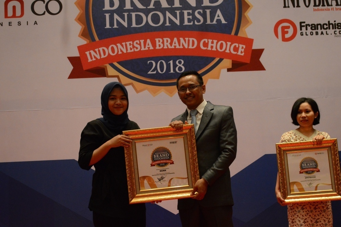 Annisa Aulia Selaku Marketing Komunikasi Munik Resto Saat menerima penghargaan