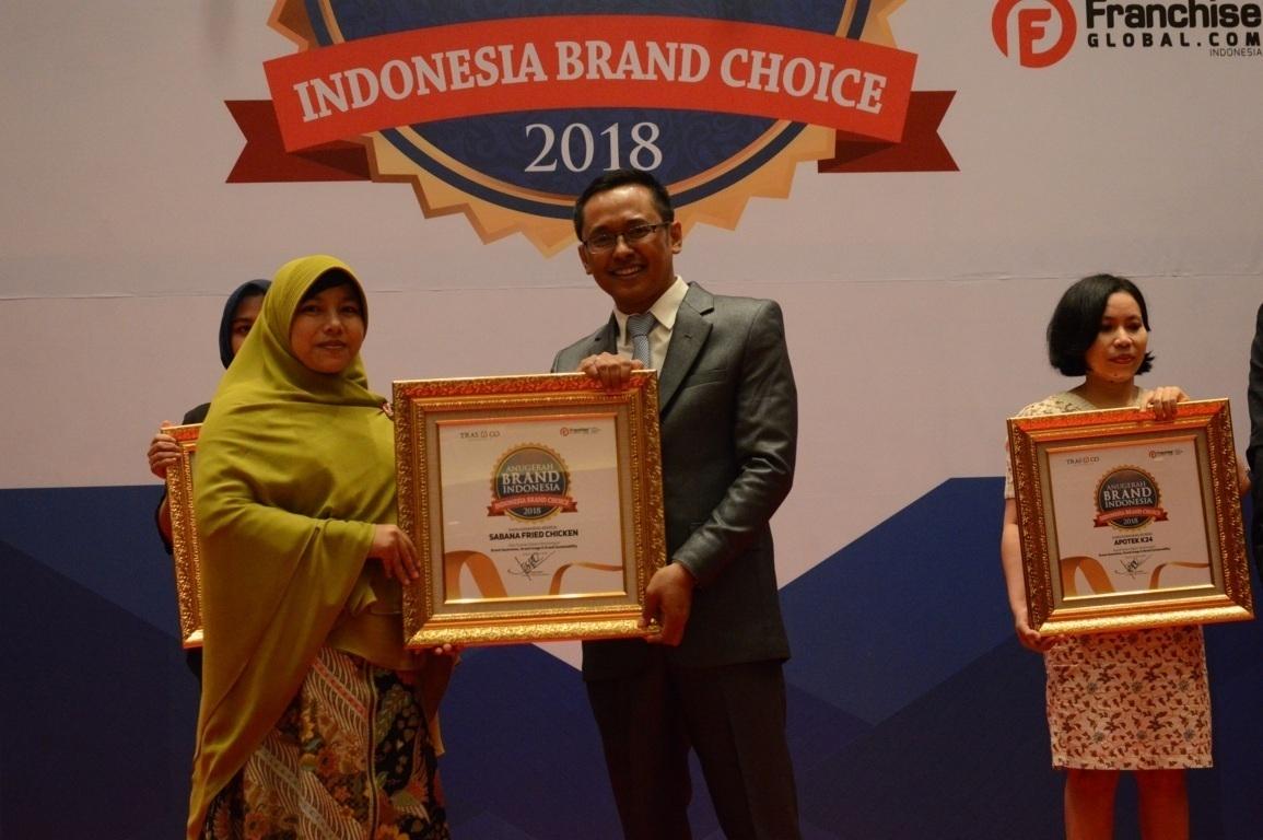 Nova selaku Manager Sabana saat menerima penghargaan Anugerah Brand Indonesia 2018
