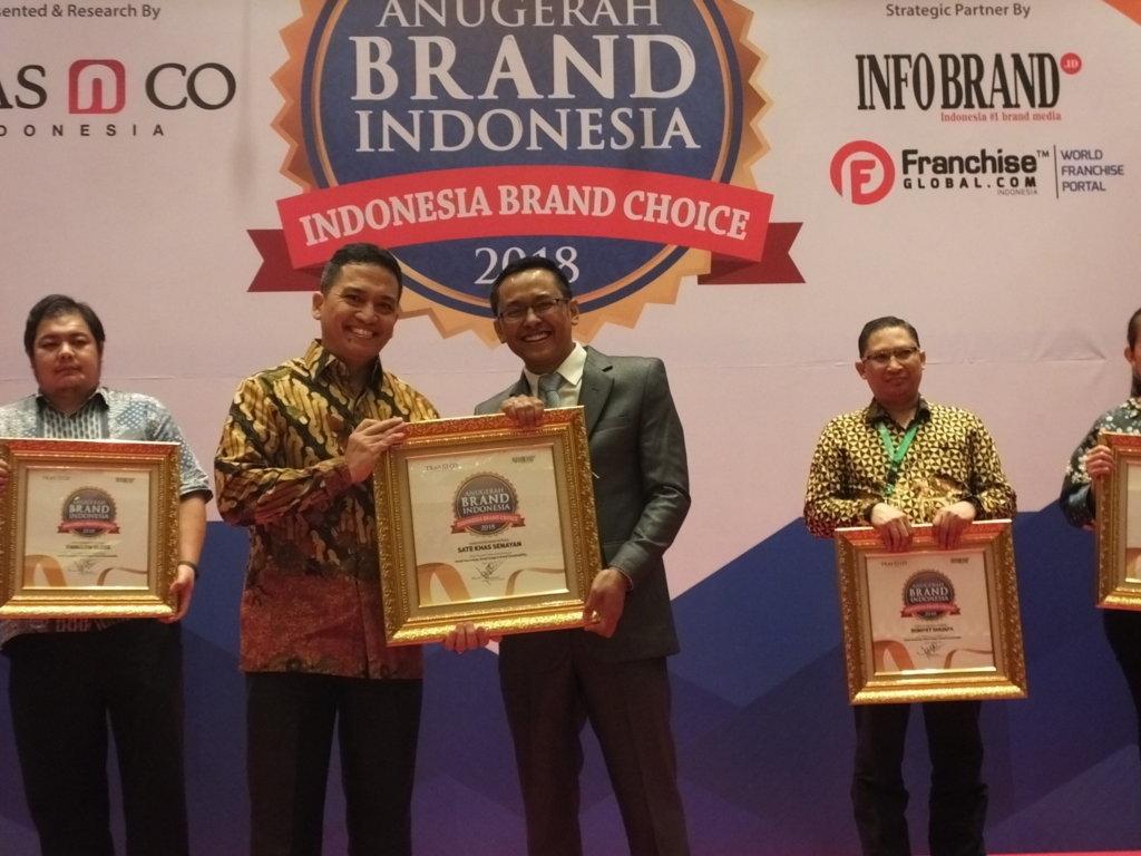 Charles Siregar Selaku Direktur Operasional Sate Khas Senayan saat menerima penghargaan Anugerah Brand Indonesia 2018
