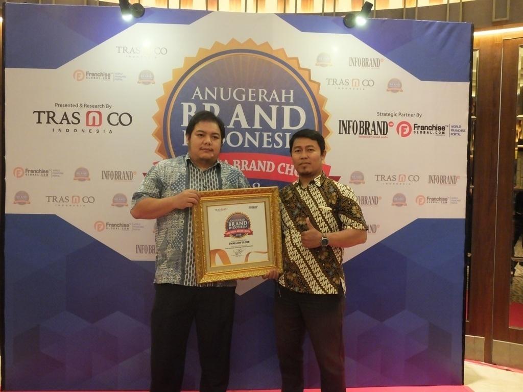 Marco Andra Otto selaku Koordinasi Sales Swallow Globe saat berfoto dengan penghargaan Anugerah Brand 2018