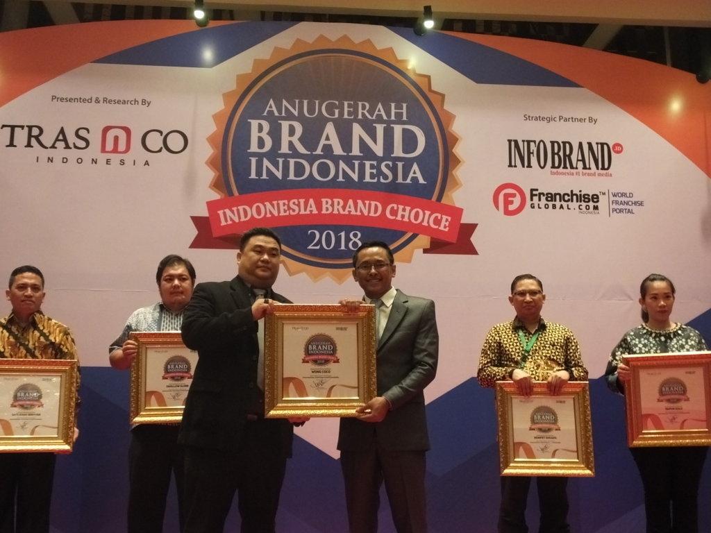 Hendrik Gunawan selaku Key Account Manager  Wong Coco saat menerima penghargaan Anugerah Brand Indonesia 2018