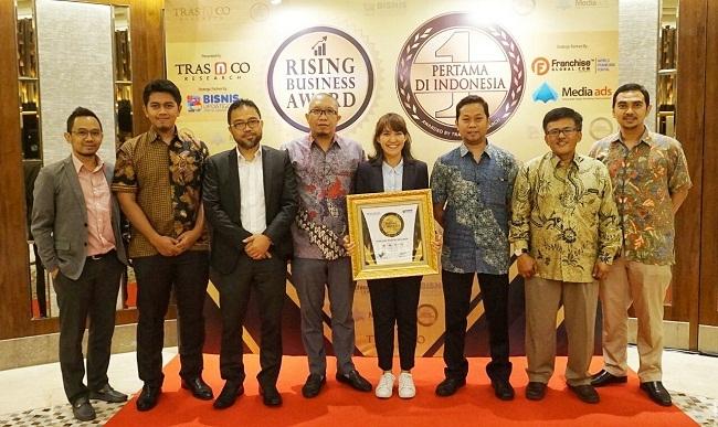 CCS Manager PT Wahana Duta Jaya Rucika, Putra Wijaya bersama jajarannya sesaat setelah menerima penghargaan PERDI 2017