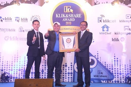 Direktur Utama Klik&Share Saat Menerima Penghargaan Pertama Di Indonesia Dari TRAS N CO Indonesia