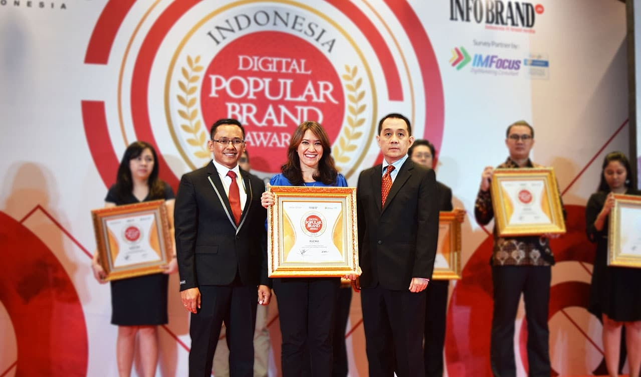 Rucika menerima penghargaan Indonesia Digital Popular Brand Award