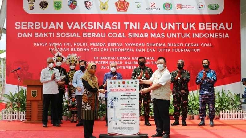 Sinar Mas Bagikan Paket Sembako dan Vaksin Covid-19 TNI AU di Kabupaten Berau